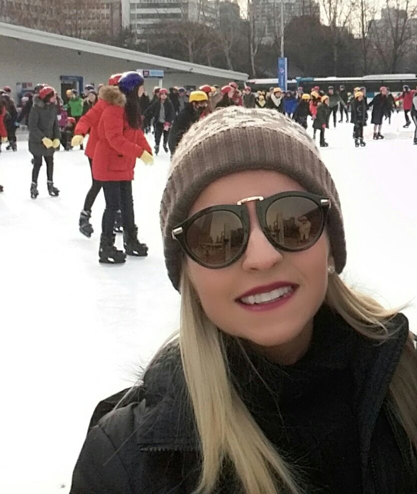 Gi Medeiros patinando no gelo em Seul